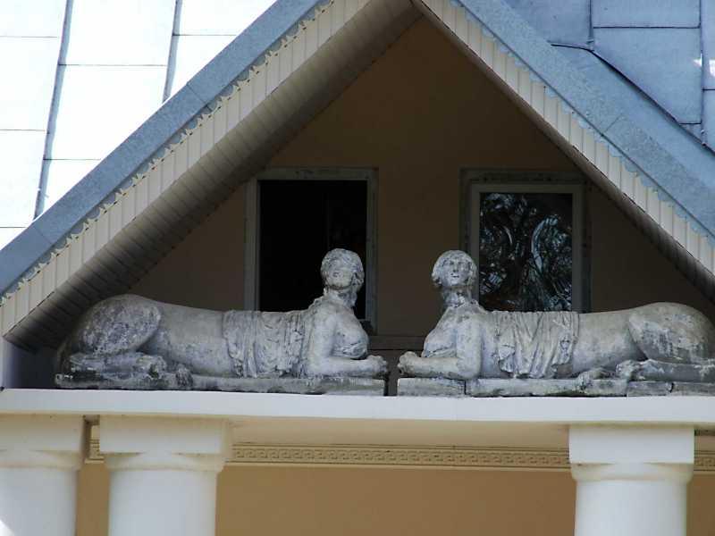 Скульптури сфінксів у тимпані
