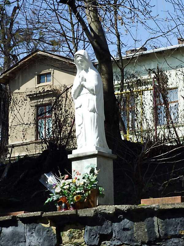 Скульптура богородиці