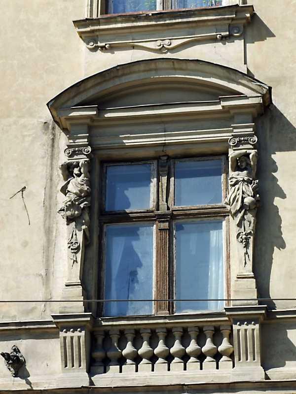 Вікно 2-го поверху (ліворуч)