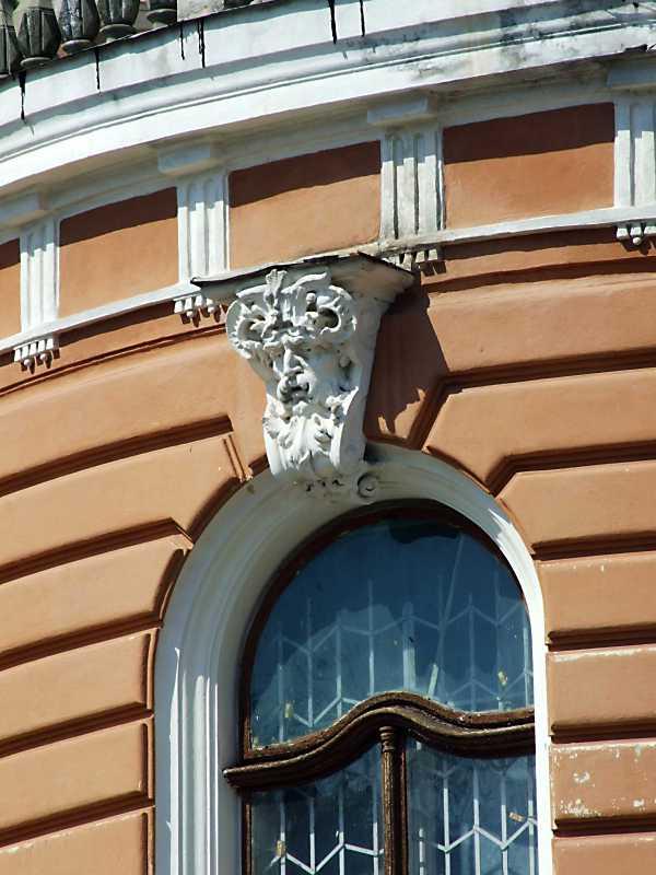 Маскарон над вікном
