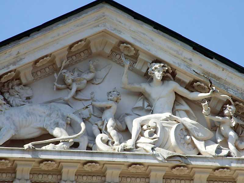 Скульптурна композиція у фронтоні