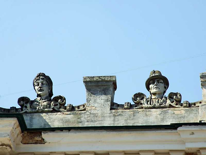 Фрагмент аттика (ліворуч)