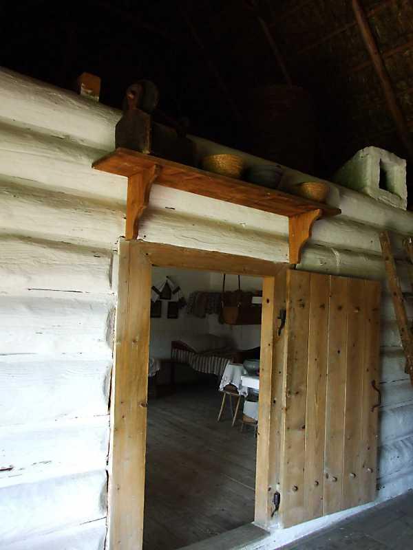 Двері до житлової кімнати