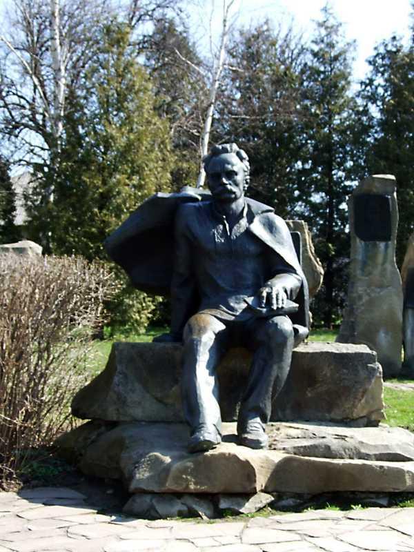 Пам'ятник І. Я. Франку в Нагуєвичах споруджено в 1996 р. як центральну частину скульптурної групи «Іван Франко і світова література».