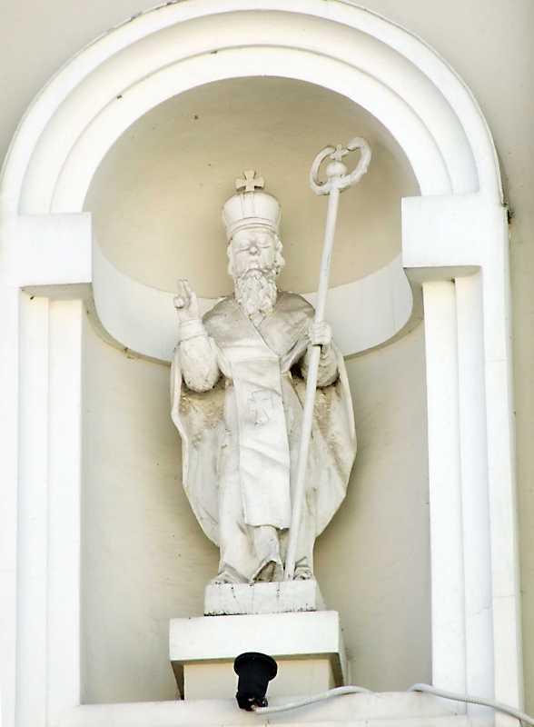 Скульптура кардинала у правій ніші…