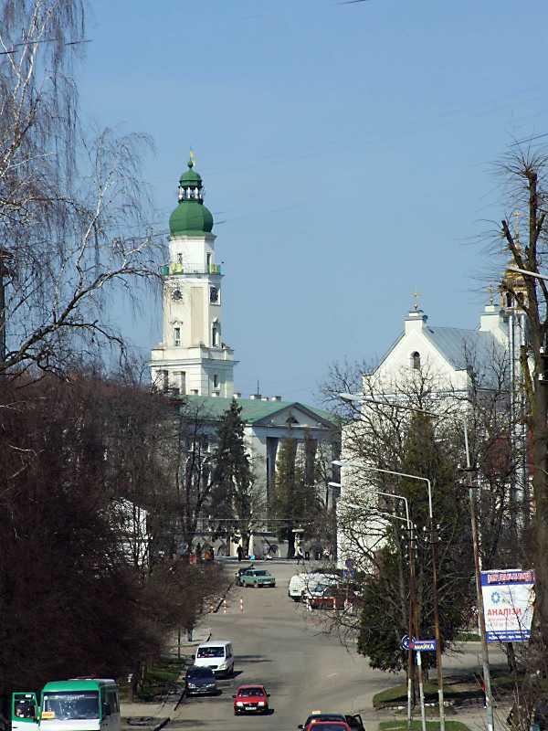 2013 р. Вид на ратушу і церкву св. Трійці у перспективі вул. Бориславської