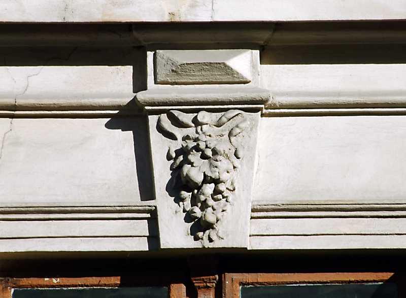 Замковий камінь з рельєфом