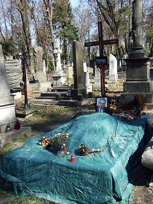Могила О. Романіва (1928 – 2005)