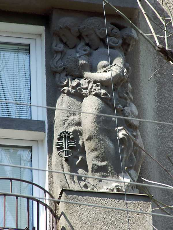 2013 р. Права скульптурна група