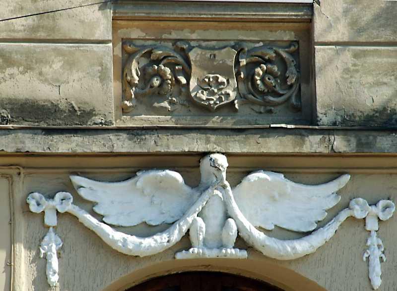 Рельєфні прикраси над входом