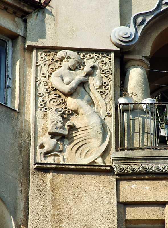 Ліва скульптурна композиція