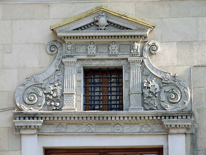 Рельєфний фронтон вікна 1-го поверху