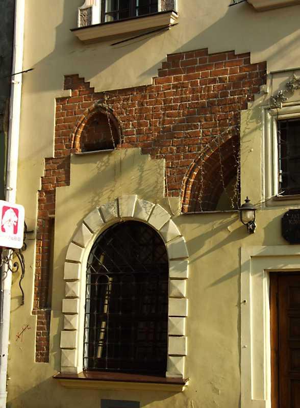 Фрагмент фасаду з готичними деталями