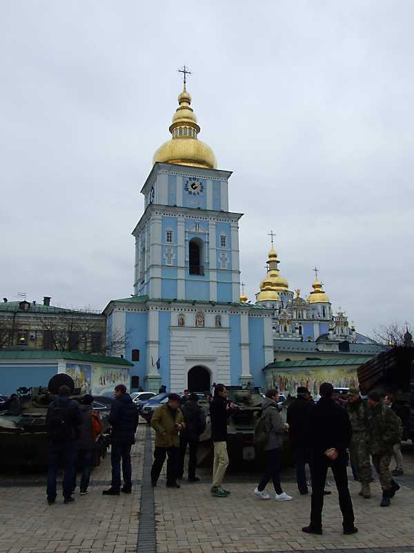 Бойові машини на тлі Михайлівської…