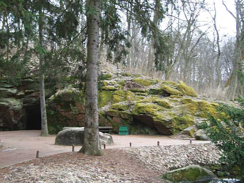 Скеля праворуч від входу