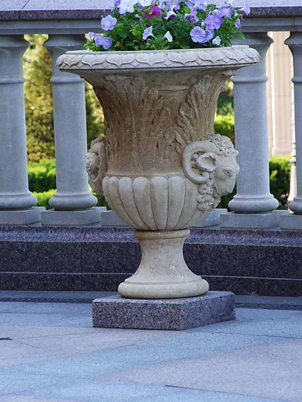 Дакоративна ваза (2) перед входом