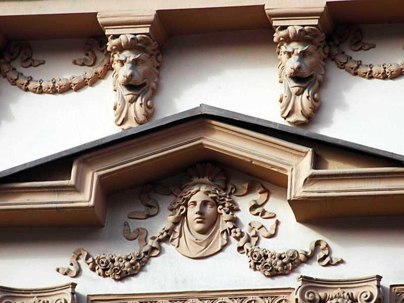Рельєф над вікнами 2-го поверху