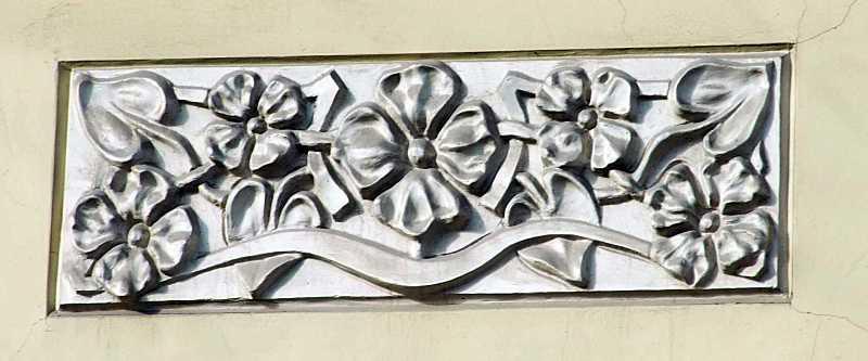Рельєфна вставка під вікном 2-го поверху