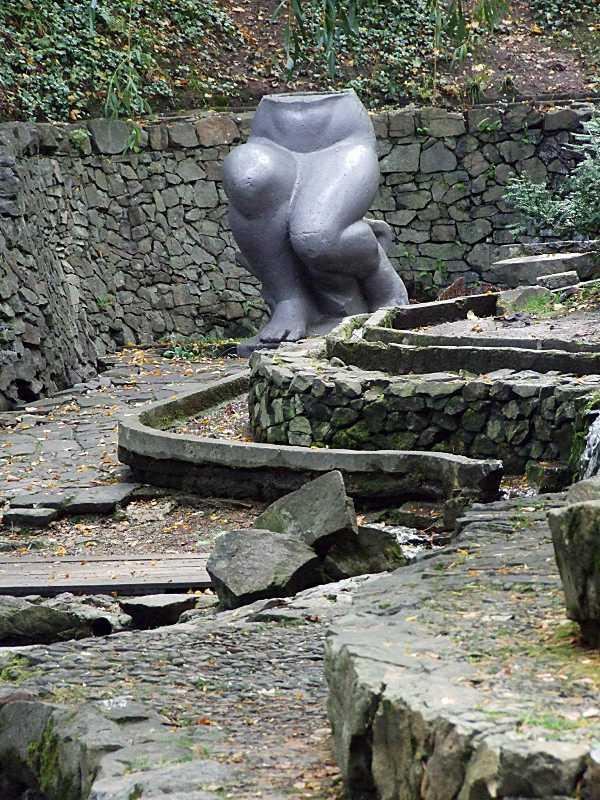 Скульптура над каскадом