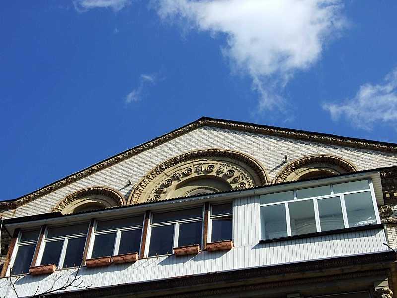 Фронтон і балкони 5-го поверху