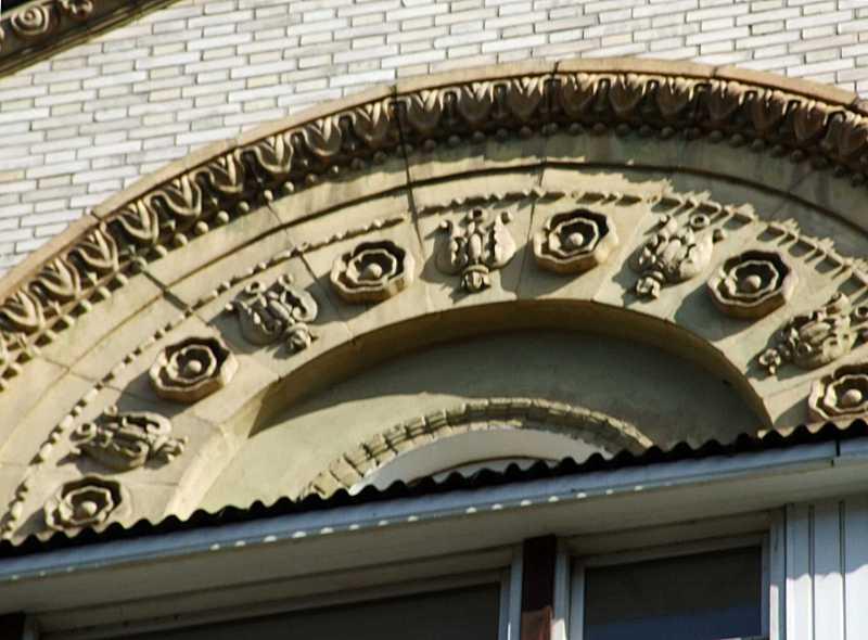 Центральна арка фронтону