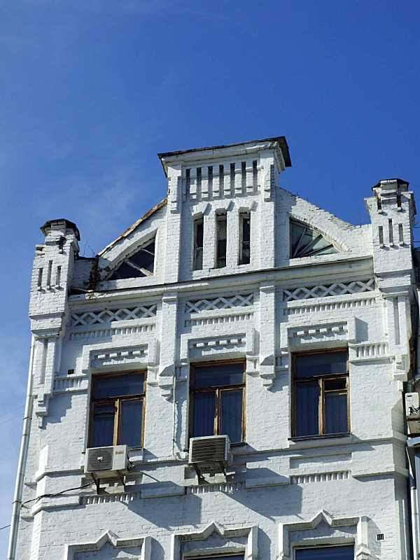 Вікна 6-го поверху і лівий фронтон