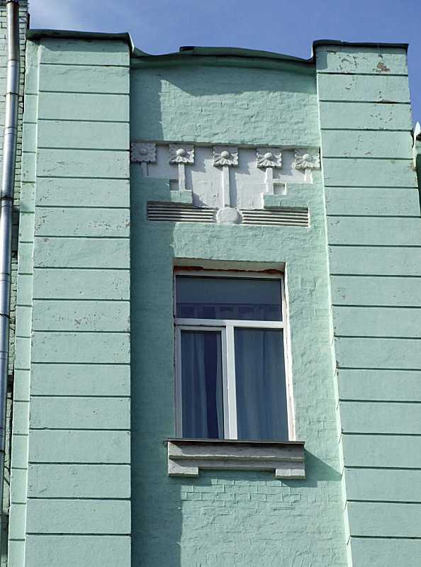 Вікно 5-го поверху і сецесійний фронтон