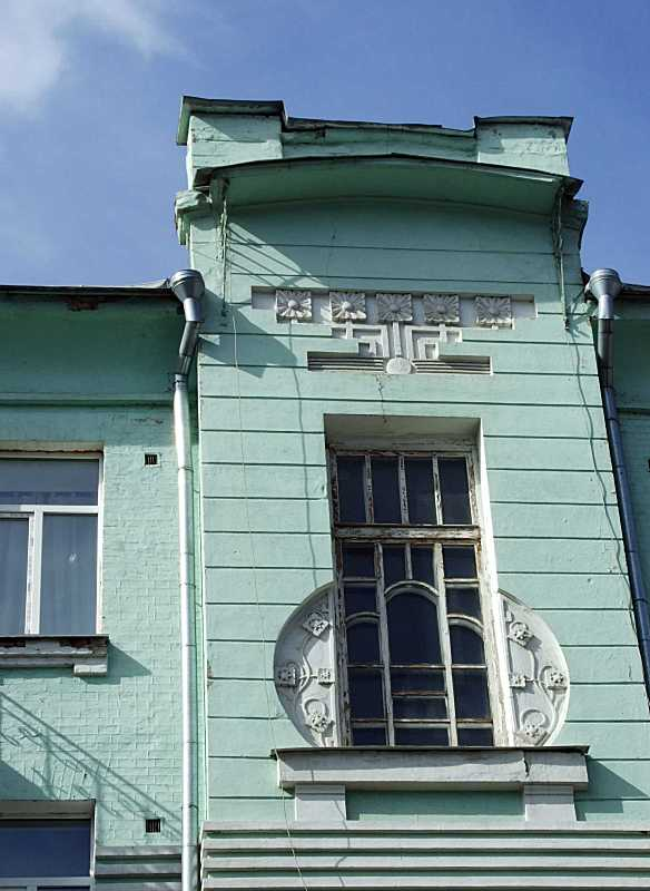 Сецесійне вікно і фронтон сходової…
