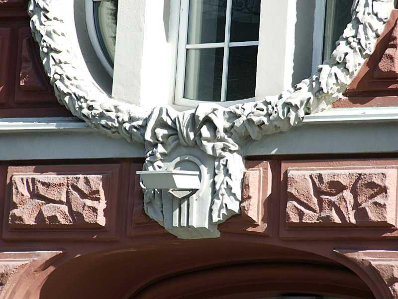 Замковий камінь над порталом