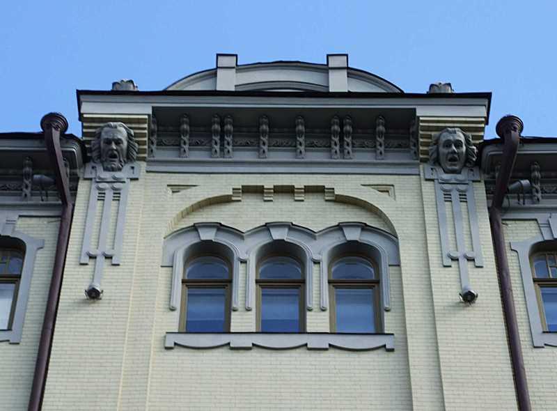 Вікна 6-го поверху і фронтон сходової…