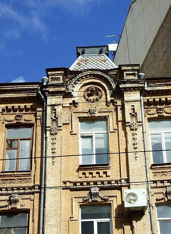 Вікно 4-го поверху і правий фронтон