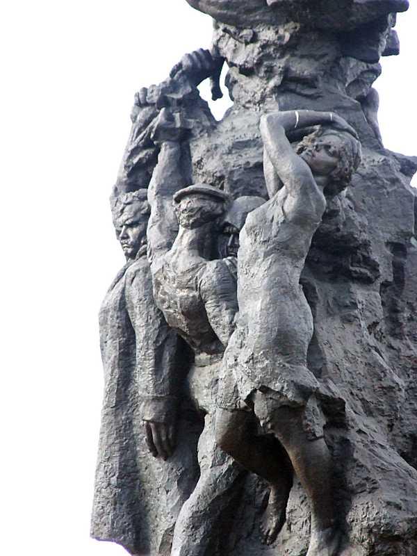 Центральна частина скульптурної групи…