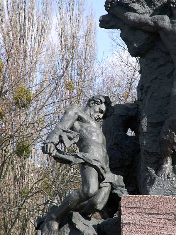 Нижня частина скульптурної групи (2)