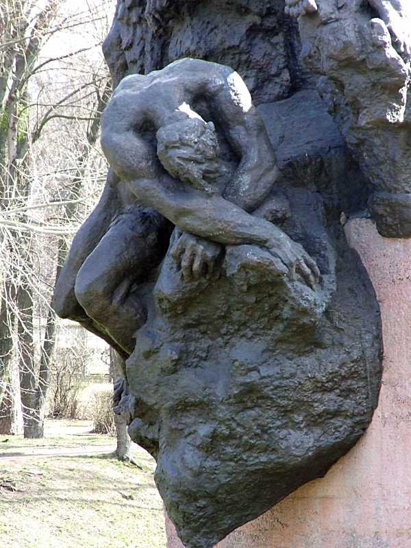 Нижня частина скульптурної групи