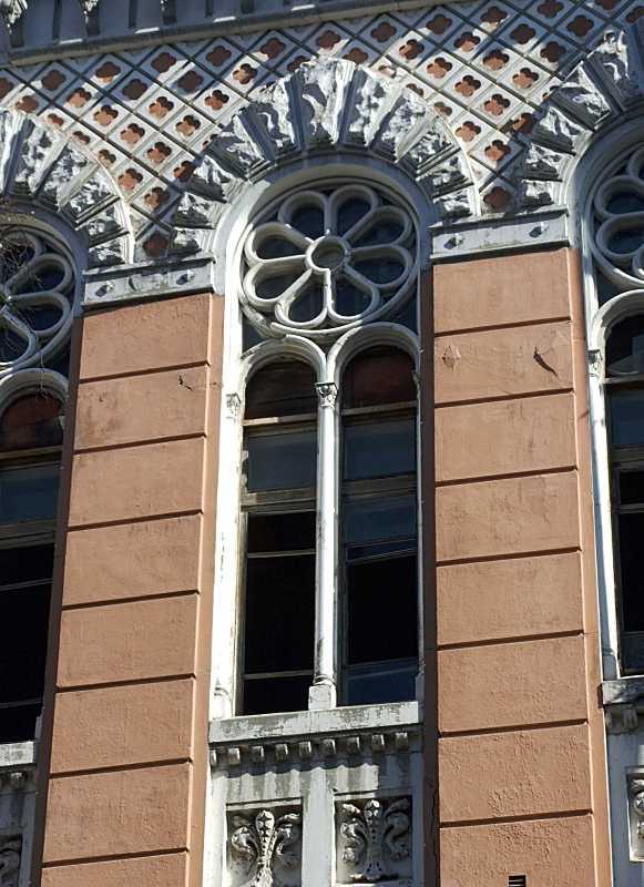 Середнє вікно-трифорій 3-го поверху