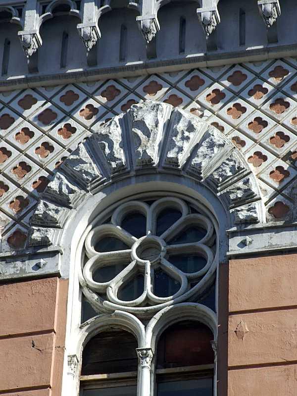 Розетка в тимпані вікна та фриз