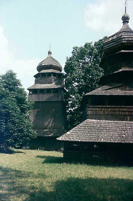 1990 р. Дзвіниця і фрагмент церкви. Вигляд з півдня